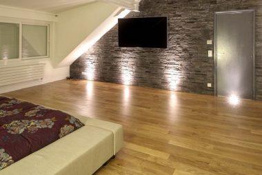 agence-avous-maison-renovation-luxe-chambre-parement-pierre-noir-1-2